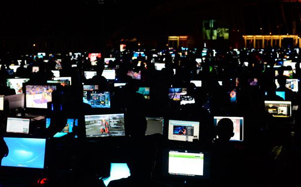 Una imagen ya asociada a este evento es el encendido simultáneo de las pantallas. / SERGIO MÉNDEZ