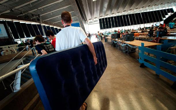 Algunos de los asistentes duermen en los mismos puestos. / FRAN PALLERO