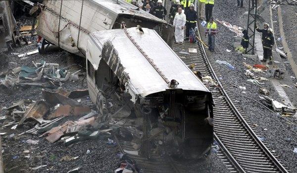 Los servicios de emergencia trabajan junto a las vías tras el accidente del tren Alvia que cubría la ruta entre Madrid y Ferrol y que descarriló anoche cuando ya estaba muy cerca de Santiago de Compostela. La cifra de las víctimas mortales hasta el momento es de 77 personas, y otras 130 han resultado heridas. EFE/Lavandeira jr