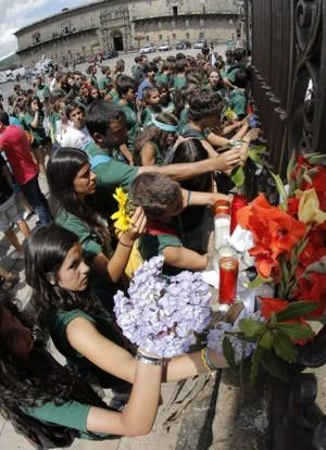Miles de personas han depositado flores en recuerdo de los fallecidos en la plaza del Obradoiro.   EFE