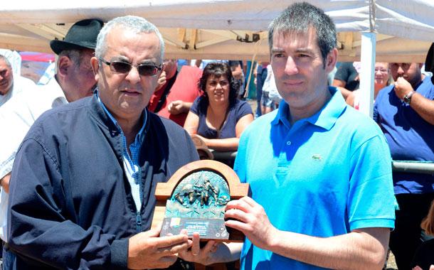 Santiago Cacho entrega el premio a Fernando Clavijo. / S. M.