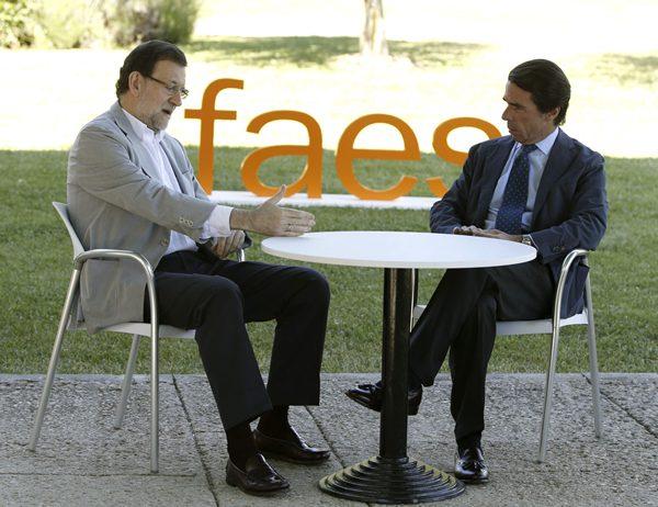 Mariano Rajoy conversa con el expresidente del Gobierno y presidente de la fundación FAES, José María Aznar, momentos antes de su intervención. | EFE