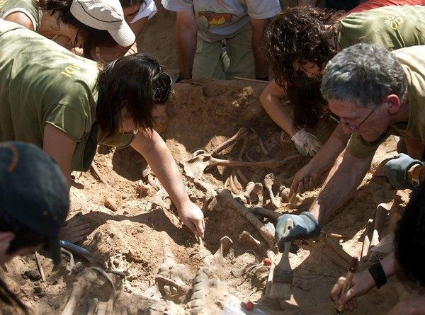 En La Palma y Gran Canaria se hallaron restos óseos en algunas de las fosas que se documentaron. | DA