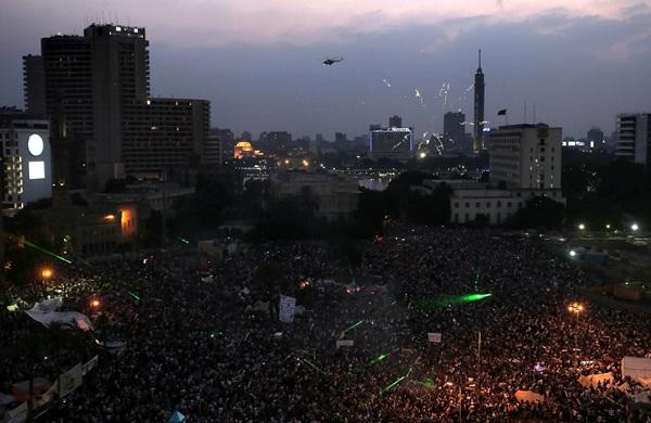 Vista general de numerosos egipcios que participaron hoy en la protesta convocada contra el presidente Mohamed Mursi para pedir su dimisión. / EFE/Andre Pain