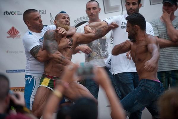 Pinduca (i) y Jonathan León, durante la trifulca que se montó en el pesaje de ayer. | FRAN PALLERO