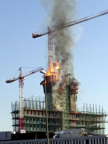 Un aparatoso incendio se ha declarado esta tarde en un edifico en obras próximo a una gasolinera. / EFE/Ramón Yáñez