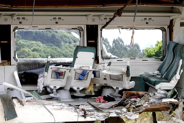 Interior de uno de los vagones totalmente destrozado.   EFE
