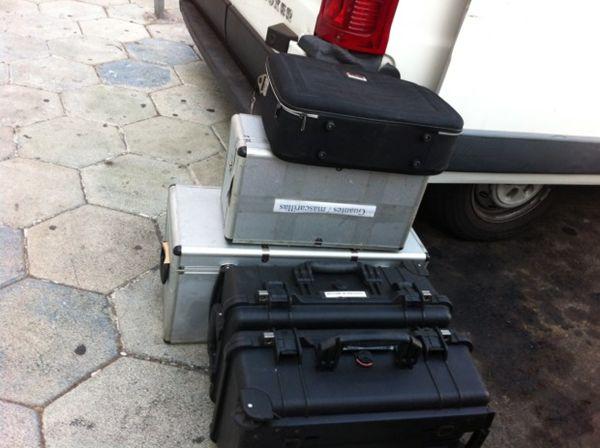 Material del equipo de Criminalística de la Guardia Civil frente al piso de La Camella. / AQUISUR.INFO