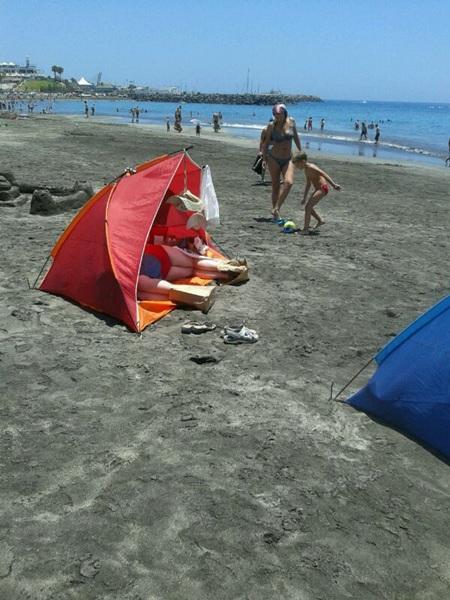 Curiosa manera de protegerse del sol en la playa Fañabé. / Jeremías Henríquez