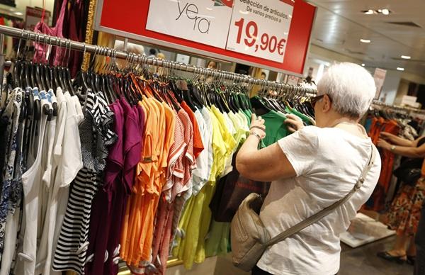 Los precios de la ropa y el calzado son los que más han caído en Canarias. / DA