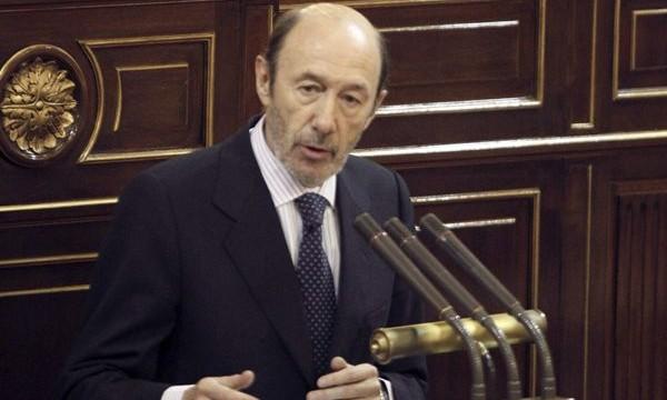 Rubalcaba reta a Rajoy con una moción de censura si no acude al Congreso