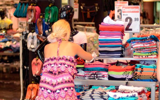 Muchas tiendas aprovecharon para vender a los turistas. / SERGIO MÉNDEZ