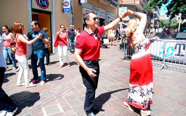 El alcalde también se echó un baile. / SERGIO MÉNDEZ