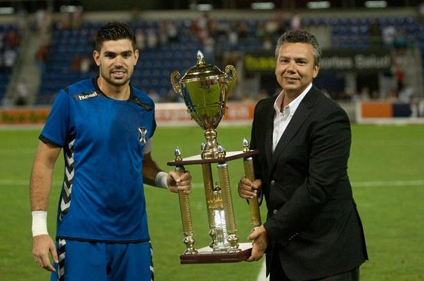Roberto recoge el trofeo de la Copa Ciudad de Santa Cruz Emmasa de manos de Dámaso Arteaga
