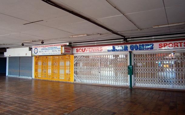 De 70 locales en el centro comercial apenas quedan abiertos una decena./ N.D.