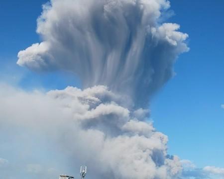 El volcán nipón Sakurajima entra en erupción provocando una gran nube cenizas