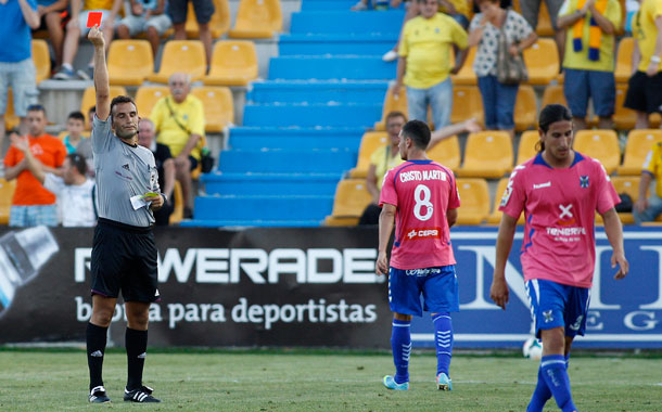 El tinerfeñista Raúl Llorente fue expulsado al ver dos cartulinas amarillas. / ACAN