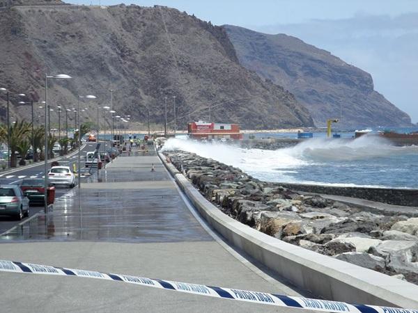 avenida de san andrés cerrada por las olas