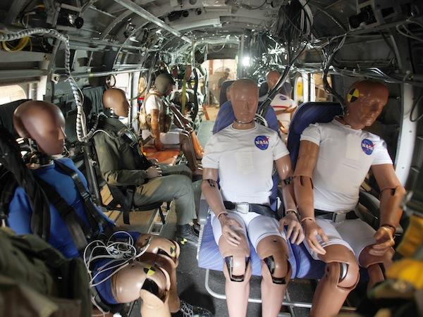 Foto de los maniquíes en el vehículo militar que estrellaron