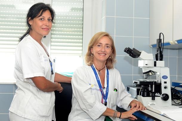 La técnico Candelaria Lorenzo (i) y la doctora Cobaleda, en la unidad. / SERGIO MÉNDEZ