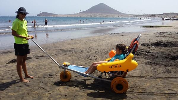 El baño adaptado incrementa el turismo de la playa de El Médano.   DA