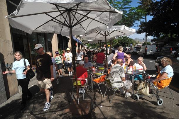 turistas terraza Santa Cruz Alameda del Duque de Santaelena