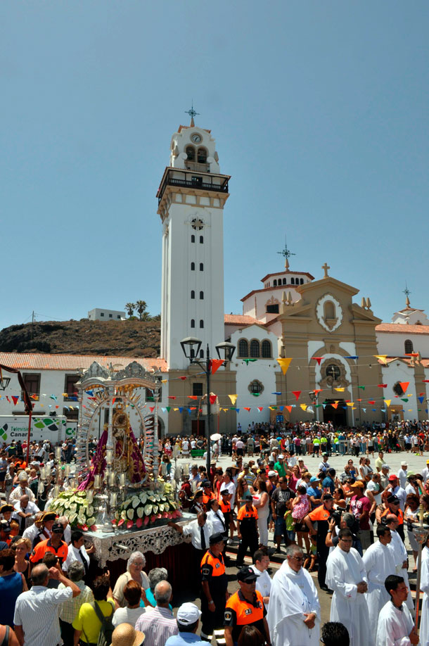 Los fieles abarrotaron la basílica y sus alrededores durante la eucaristía, a la que no faltaron las autoridades. / MOISÉS PÉREZ