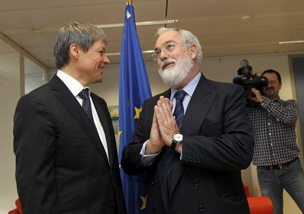 El ministro Arias Cañete con el comisario europeo Dacian Ciolos (foto de archivo). / DA