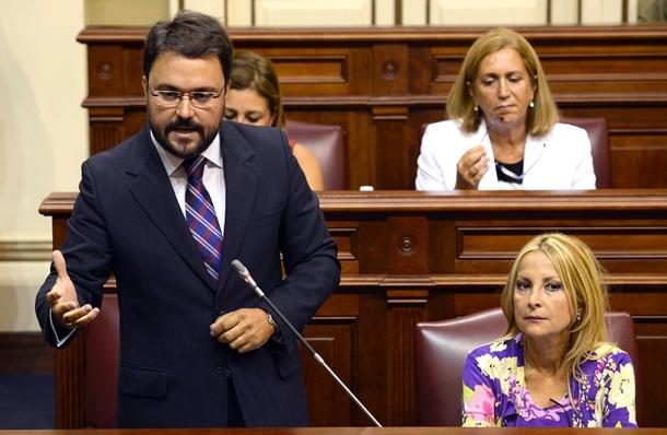 Antona, esta semana, en el Parlamento, dirigiéndose a Rivero. / S. MÉNDEZ