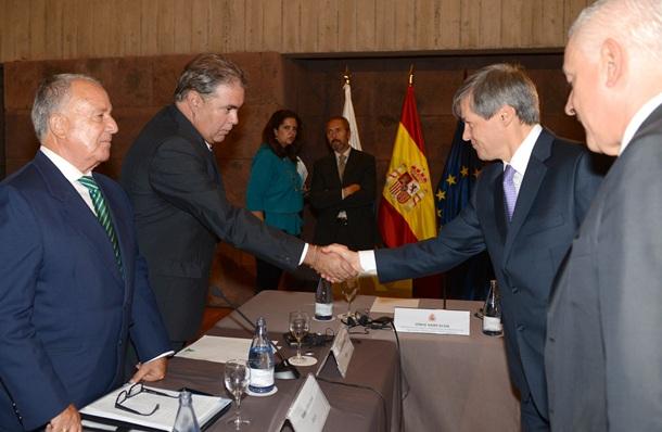 El comisario Ciolos, con el consejero canario de Agricultura, saluda a Henry Sicilia
