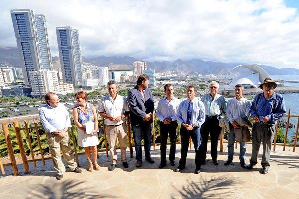El alcalde, junto a los concejales y los expertos, en uno de los miradores del Palmétum. / J.G.