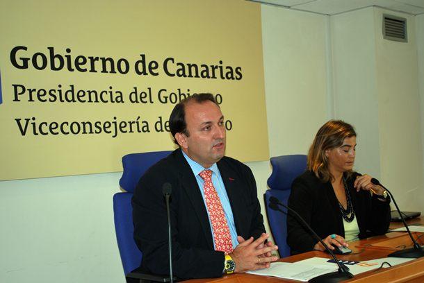 El viceconsejero de Turismo, junto a la gerente de Promotur. / DA