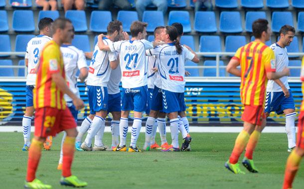 Los jugadores celebran el primer tanto marcado en la tarde de ayer en el Heliodoro. / S. M.