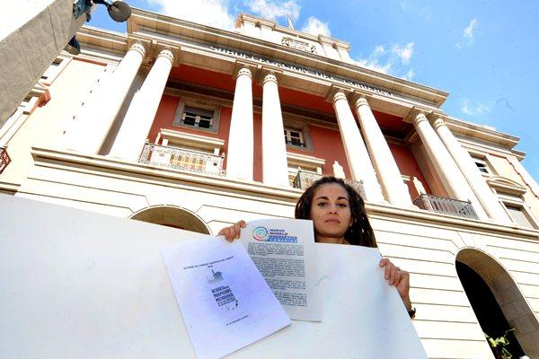 Una activista de la Plataforma muestra ante la Subdelegación la alegación registrada ayer. / JAVIER GANIVET