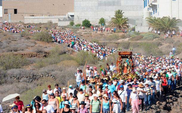 Un auténtico río de gente siguió a la Virgen de El Socorro desde San Pedro hasta la costa, en la que está considerada la romería más antigua de Canarias. / jAVIER GANIVET