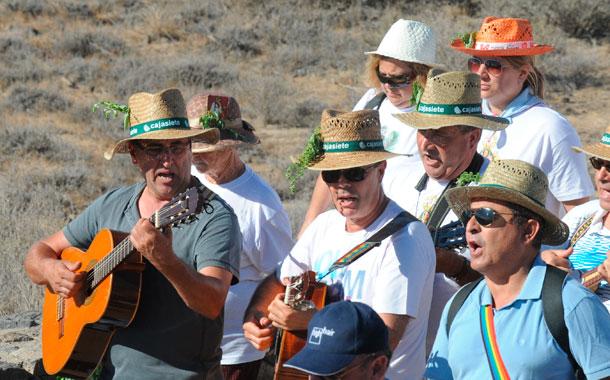 La música canaria siempre acompañó a los romeros en un día de sol espléndido. / JAVIER GANIVET