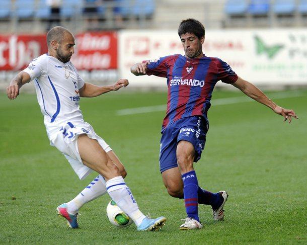 El interior tinerfeñista, en una acción del partido del miércoles ante el Eibar, en el torneo copero. / J. ALBÉNIZ