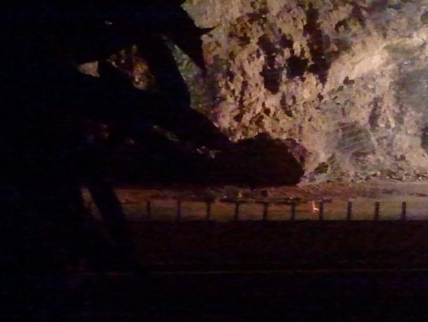 piedra de gran tamaño en la autopista TF-5