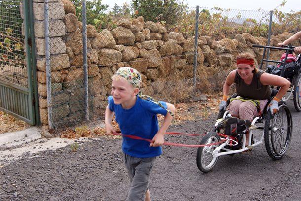 El grupo de turistas con discapacidad disfrutaron en Tenerife tanto de la playa como de la montaña. / DA