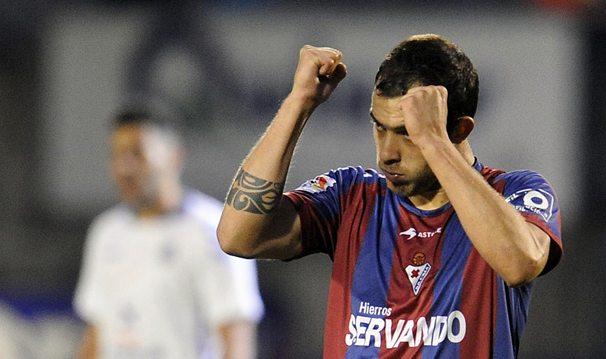 El delantero vasco Urko Vera celebra el gol de la victoria. / JOSUNE MTZ ALBÉNIZ