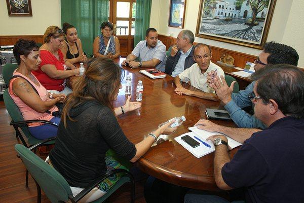 Representantes municipales se reunieron ayer con los afectados por el posible cierre del mercadillo. / DA