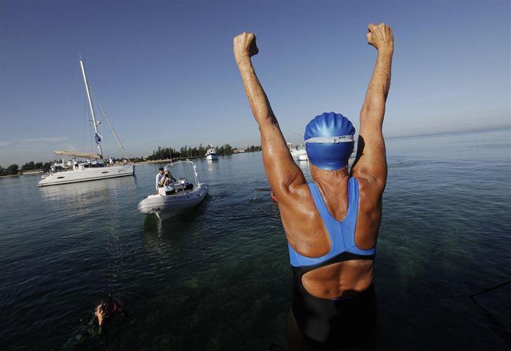 a nadadora estadounidense de larga distancia Diana Nyad, de 64 años de edad, ha logrado este lunes el objetivo que ha perseguido por mucho tiempo: cruzar el estrecho de la Florida, tratando de convertirse en la primera persona en nadar desde Cuba sin una jaula contra tiburones.