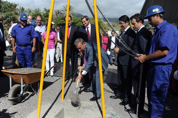 El presidente del Gobierno, ayer en la inauguración de la primera piedra de las nuevas residencias. / DA