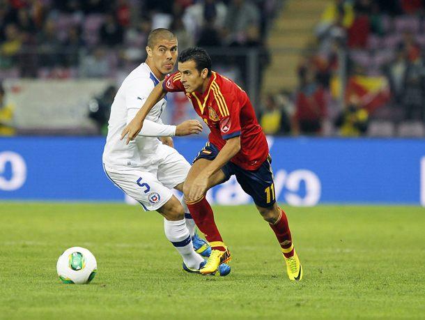 El jugador tinerfeño Pedro Rodríguez trata de irse del defensa chileno Mena. / PABLO GARCÍA