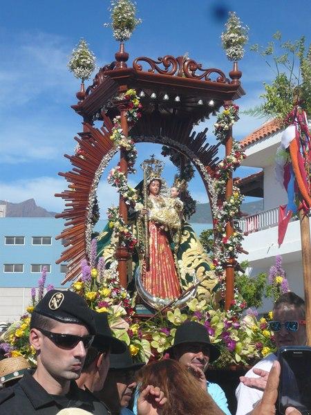 Un auténtico río de gente siguió a la Virgen de El Socorro desde San Pedro hasta la costa, en la que está considerada la romería más antigua de Canarias. / DA