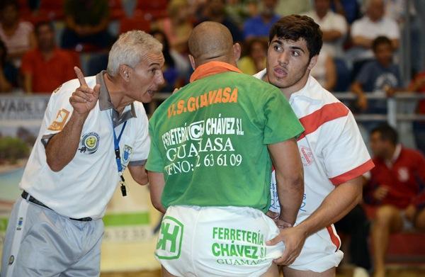 La afición guamasera y los luchadores de este equipo mostraron su descontento con la actuación arbitral de Tomás Delgado. | SERGIO MÉNDEZ