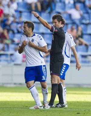 Aitor Sanz en el momento de ver la roja ante el CD Lugo. / S. FERRERO