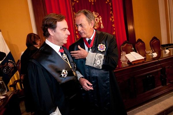 El presidente del Tribunal Superior de Justicia de Canarias, José Ramón Navarro, conversa con su sucesor al frente de la Audiencia provincial tinerfeña, Joaquín Astor Landete.   FRAN PALLERO