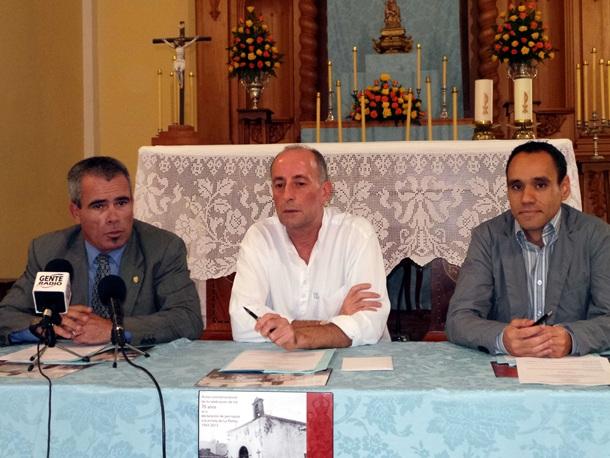 El concejal de Fiestas, Juan Carlos Marrero, el párroco de La Peñita, el padre Mario, y Eduardo Zalba, coordinador de las actividades