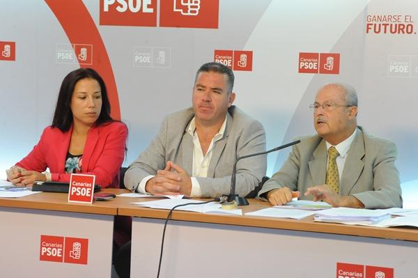 Patricia Hernández, Manuel Domínguez y José Segura, ayer en rueda de prensa. | JAVIER GANIVET